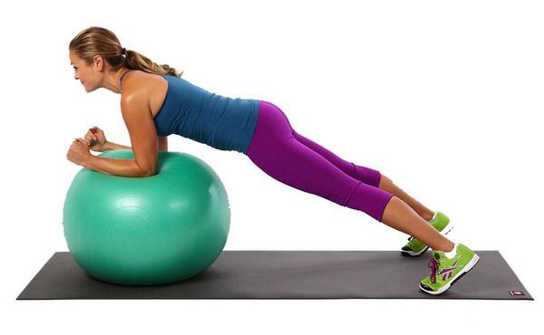 Упражнение планка на мяче