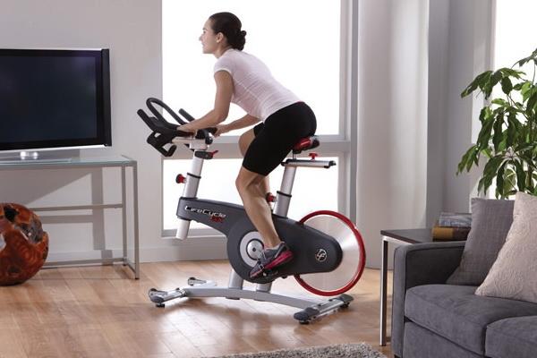 Что лучше беговая дорожка или велотренажёр — 6 критериев на которые стоит обратить внимание
