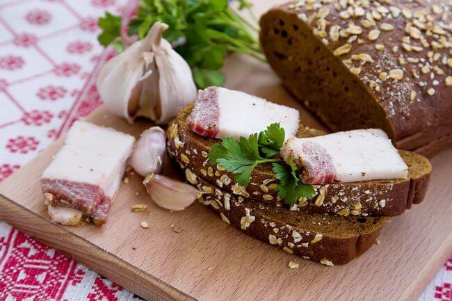 Сало с ржаным хлебом