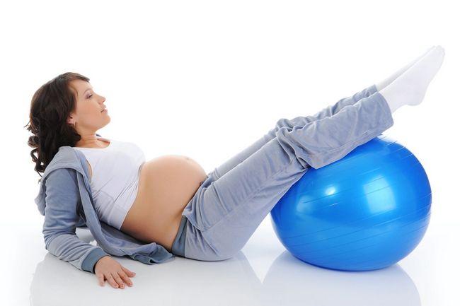 Упражнение на фитболе для беременной
