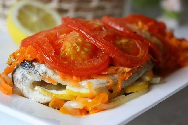 Рыба, запечённая с помидорами